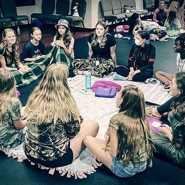 girls-in-prayer